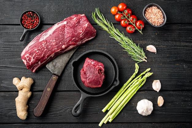 Stek z surowego mięsa wołowego zestaw z polędwicy mignon na żeliwnej patelni
