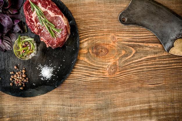 Stek z surowej wołowiny sezonowany na sucho z dodatkami do grillowania