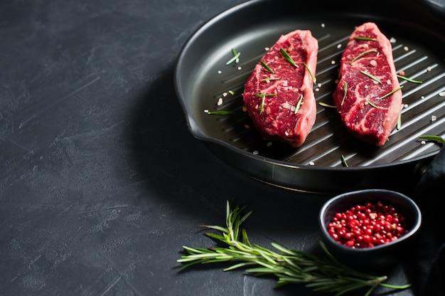 Stek z wołowiny na patelni do grilla.