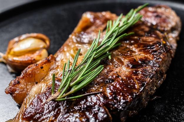 Stek z wołowiny w nowym jorku. miejsce na tekst. marmurowa wołowina premium. ścieśniać.