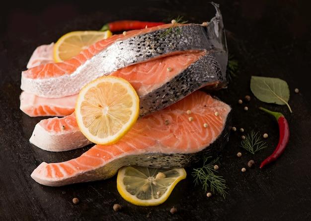 Stek ze świeżego łososia z aromatycznymi ziołami i przyprawami. widok z góry z miejscem na kopię