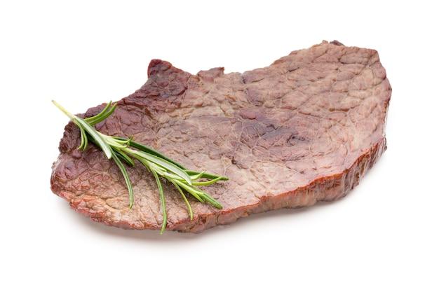 Steki wołowe z grilla bio z przyprawami na białym tle.