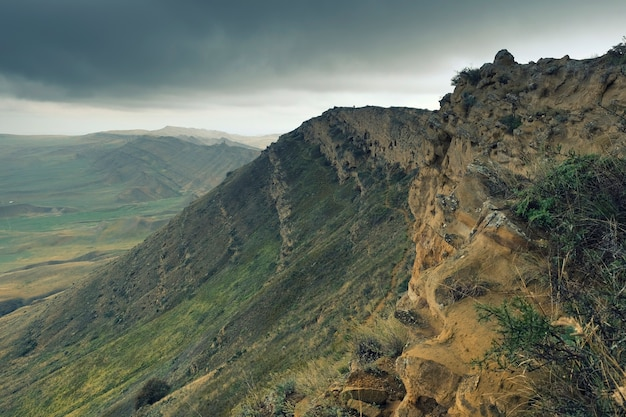 Stepowe góry z wielobarwnego piaskowca w gruzji w rejonie klasztoru dawida gareji