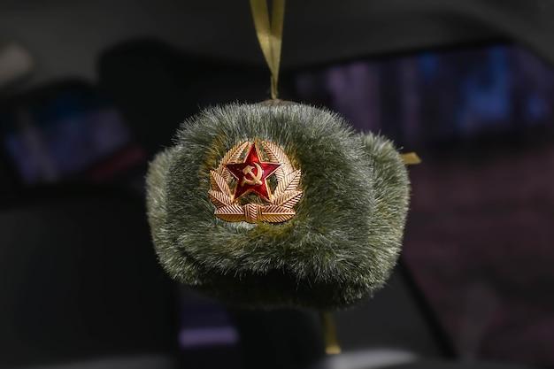 Stereotypowy symbol zsrr, rosja - czapka z nausznikami. zimowe nakrycie głowy sowieckiej policji i wojska