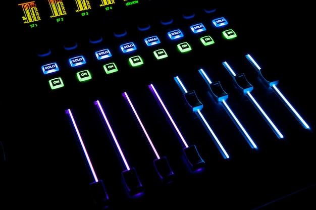 Sterowanie dźwiękiem z podświetleniem led, sprzętem dźwiękowym.