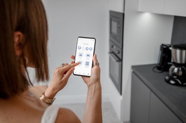 Sterowanie inteligentnymi urządzeniami za pomocą telefonu w kuchni