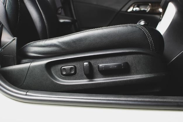 Sterowanie przyciskami fotela regulowanego elektrycznie po stronie pasażera w samochodzie