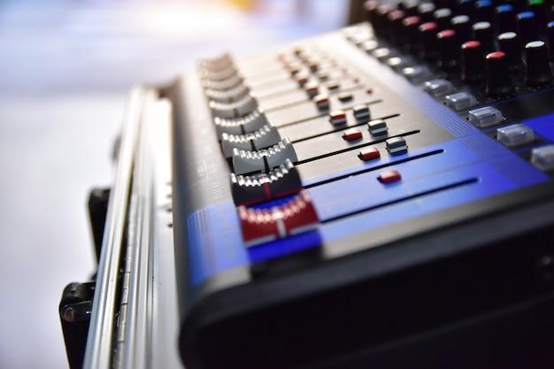 Sterowanie systemem dźwiękowym dla rozrywki muzycznej, sterowanie korektorem