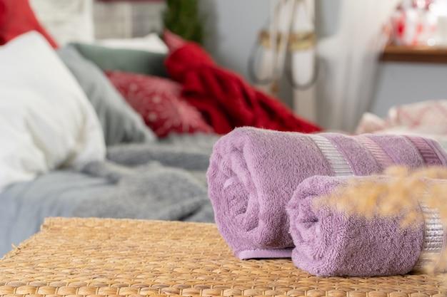 Sterta czyści ręczniki na drewnianym stole w sypialni
