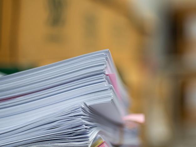 Sterta dokument na stole, biznesowy pojęcie