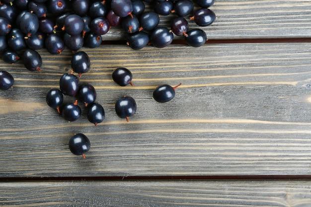 Sterta dzikiej czarnej porzeczki na drewnianym stole z bliska