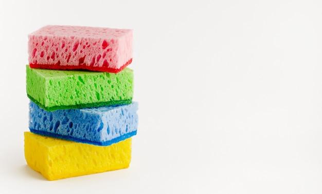 Sterta kolorowe gąbki odizolowywać na bielu. koncepcja zmywania naczyń. skopiuj miejsce