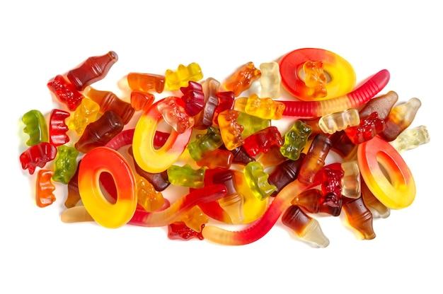 Sterta kolorowych cukierków galaretki na białym tle. widok z góry. popularne żelki.
