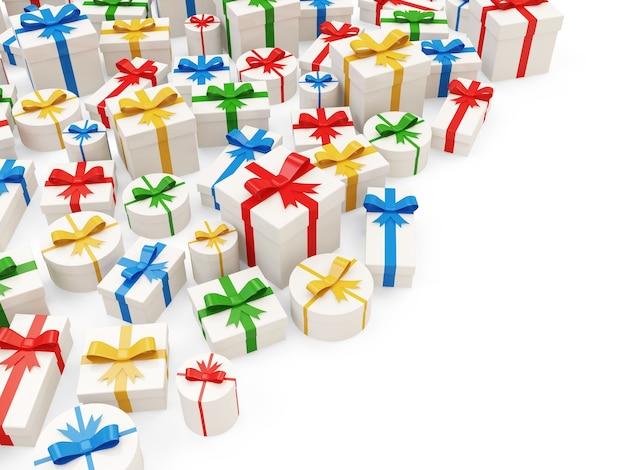Sterta kolorowych pudełek na prezenty na białym tle