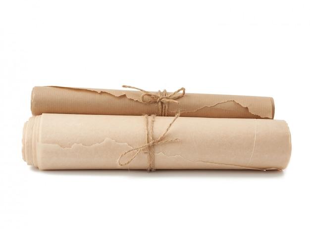 Sterta kręcone rolki odizolowywać na biel powierzchni brown papier