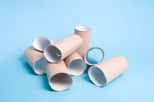 Sterta krzaków papieru toaletowego na niebieskim tle skończył się slajd z krzaków tektury papieru toaletowego