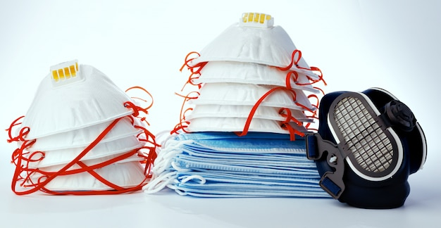 Sterta medyczne maski z respiratorem na białym tle