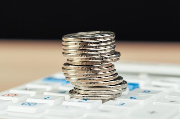 Sterta monety i kalkulator, pojęcie pomysł dla biznesu finanse
