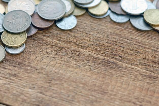 Sterta monety na drewnianym tle z kopii przestrzeni zakończeniem up