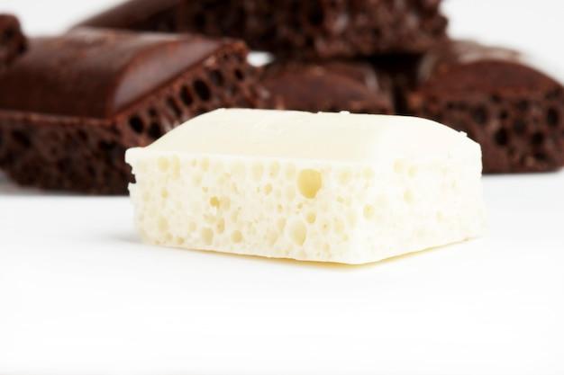 Sterta porowatej czekolady na białym tle