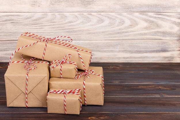 Sterta rzemieślniczych prezentów pudełka na drewnianej desce