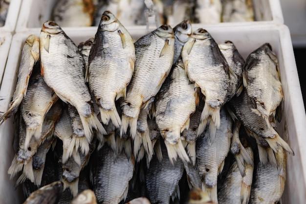 Sterta solonych suszonych ryb na rynku. tradycyjne rosyjskie jedzenie. selektywne skupienie
