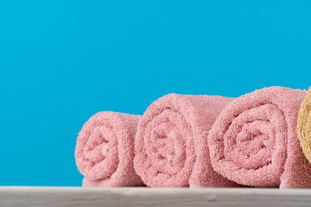 Sterta staczający się ręczniki na drewnianym stole