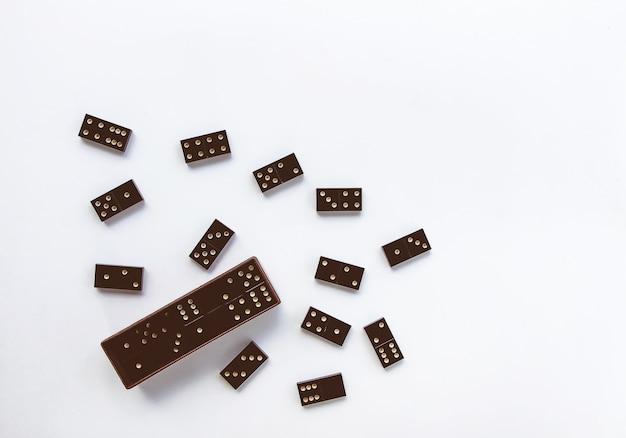 Sterta starych czarnych płytek domino na białym tle