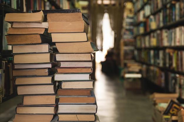 Sterta starych książek w bibliotece lub księgarni
