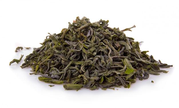 Sterta sucha zielona herbata odizolowywająca na bielu