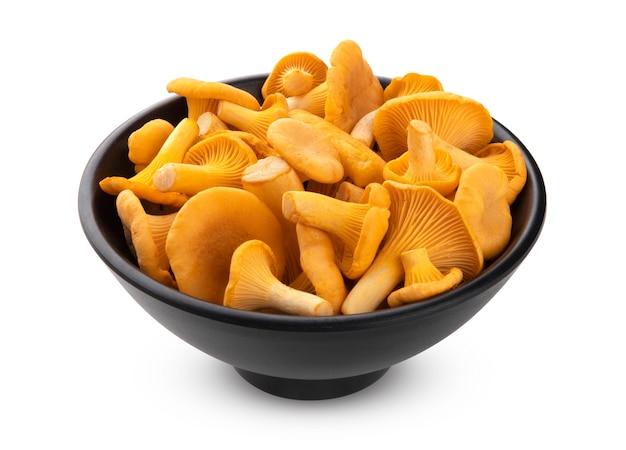 Sterta świeżych grzybów kurki w czarnej misce