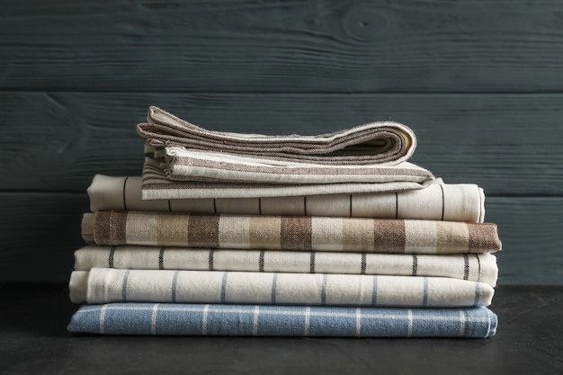 Sterta tkanin serwetki na czerń stole, przestrzeń dla teksta