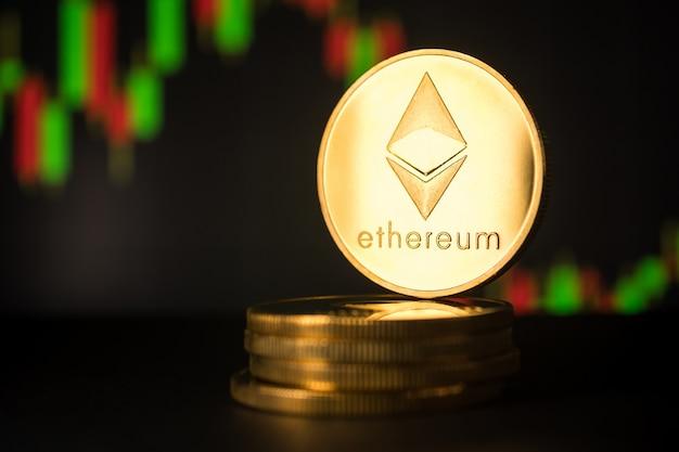 Sterta złote monety z ethereum symbolem z akcyjnym wykresu tłem.