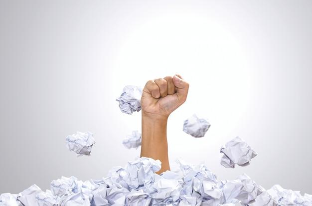 Sterty cios ręką papierowej kuli. koncepcje, koncepcje motywacji i wyzwania dla strefy komfortu.