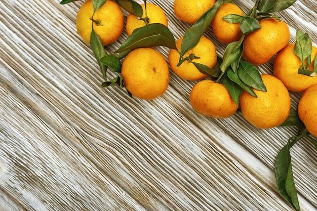 Sterty mandarynek, świeżych owoców pomarańczy.