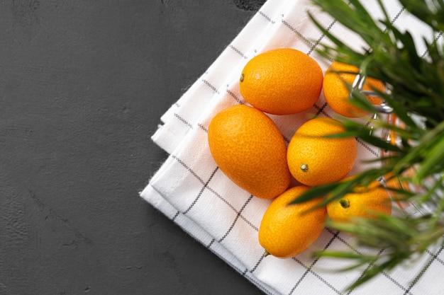 Sterty owoców kumkwat na stole w kuchni