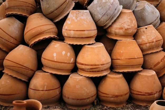 Sterty starych ceramicznych garnków w göreme w kapadocji