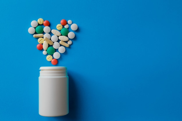 Sterty tabletek na niebiesko różne tabletki farmaceutyczne, tabletki i kapsułki oraz niebieska butelka