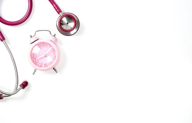 Stetoskop i budzik na białym tle z kopią miejsca pojęcie medyczne nadszedł czas