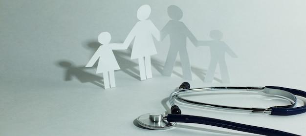 Stetoskop i rodzinna lalka papierowa
