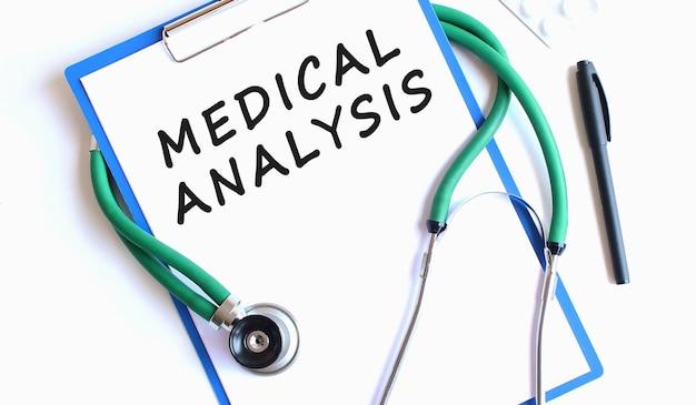 Stetoskop i schowek z pustą białą kartką papieru i miejsca na kopię