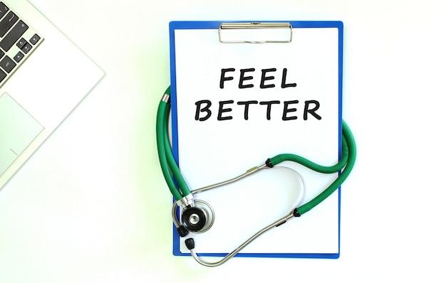Stetoskop i schowek z pustą białą kartką papieru