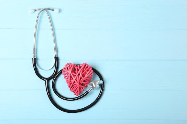Stetoskop i serce na drewnianym tle medycyna zdrowotna