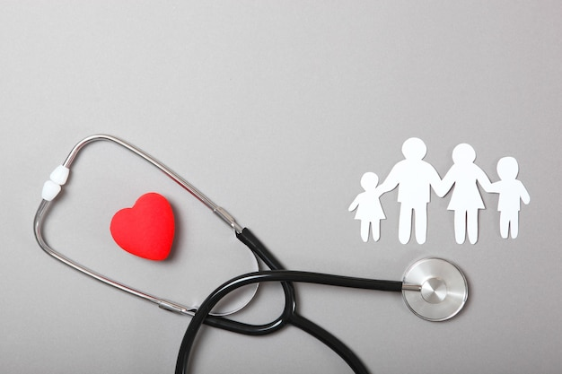 Stetoskop i serce na kolorowym tle widok z góry medycyna rodzinna