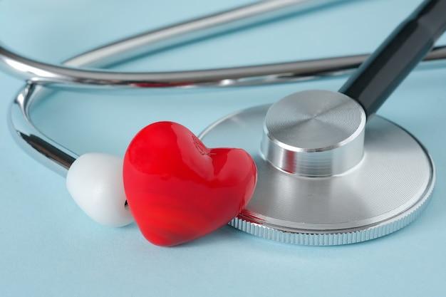 Stetoskop i serce na niebieskim tle