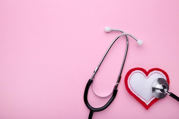 Stetoskop i serce na różowo