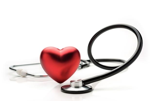 Stetoskop i symbol serca na białym tle. pojęcie współczesnej medycyny.