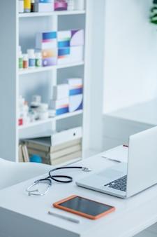 Stetoskop i urządzenia na stole w gabinecie lekarzy