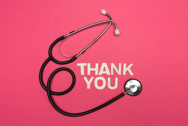 Stetoskop i wdzięczne pozdrowienia dla lekarzy pierwszej linii.