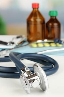 Stetoskop leżący na stole z bliska